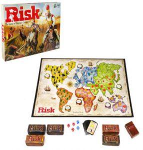 Afbeelding van het speelbord en onderdelen van het Risk bordspel