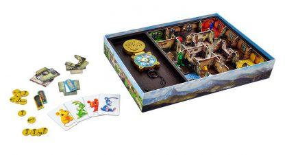 Afbeelding van het speelbord en de onderdelen van het bordspel Op Jacht naar Hubi