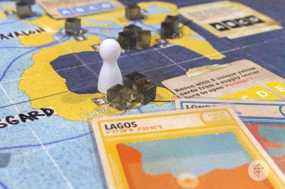 Afbee;ding van een spelimpressie van het bordspel Pandemic Legacy Seizoen 2 Black