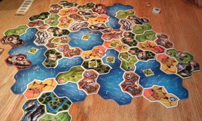 Afbeelding van een spelimpressie van het bordspel Smallworld Realms uitbreiding