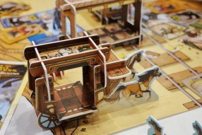 Impressie van de Nederlandse versie van het bordspel Colt Express Paarden en Postkoets