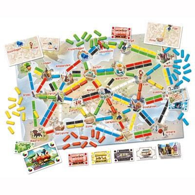 Afbeelding van het speelbord en spelonderdelen van het Ticket to Ride mijn eerste reis bordspel voor kinderen