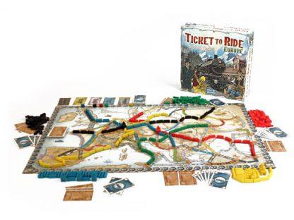 Afbeelding van de spelonderdelen van het bordspel Ticket to Ride Europe