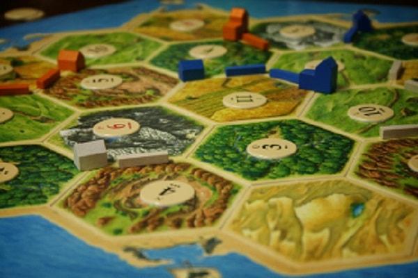 Impressie van de basiseditie van het bordspel De Kolonisten van Catan Speelbord