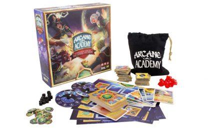 Afbeelding van de speeldoos en enkele attributen van Arcane Academy
