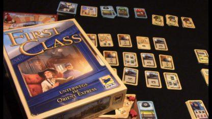 Afbeelding van de speldoos en attributen van het bordspel First Class