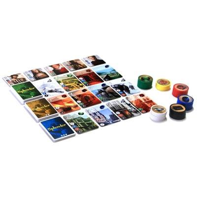 Afbeelding van speelkaarten en attributen van het bordspel Splendor