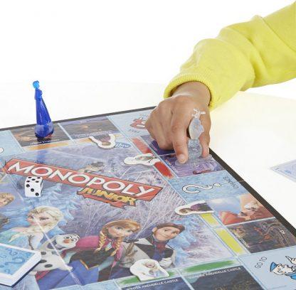 Spelimpressie 2 van het bordspel Monopoly Junior Disney Frozen